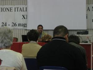 Carlo Giacobini, sul palco, illustra le novità legislative per le persone con disabilità.