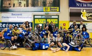 I giocatori della Laumas Gioco Parma festeggiano il ritorno in Serie A
