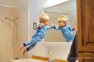 William tocca la sua immagine nello specchio in volo