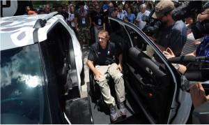 L'ex marine Mike DeLancey mentre riceve la MXV - Fonte immagine: www.tbo.com