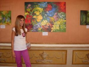 Silvana accanto all'opera di Molinaro Papaveri e Girasoli