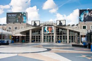 Vista dalla piazza centrale di The Village: al centro il cinema, di lato due ristoranti