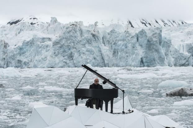 Ludovico Einaudi suona nel Mar Glaciale Artico (fonte: Greenpeace)