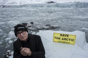Ludovico Einaudi nel Mar Glaciale Artico (fonte: Greenpeace)