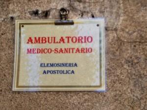 """Entrata dell'ambulatorio di """"Medicina Solidale"""" al colonnato"""