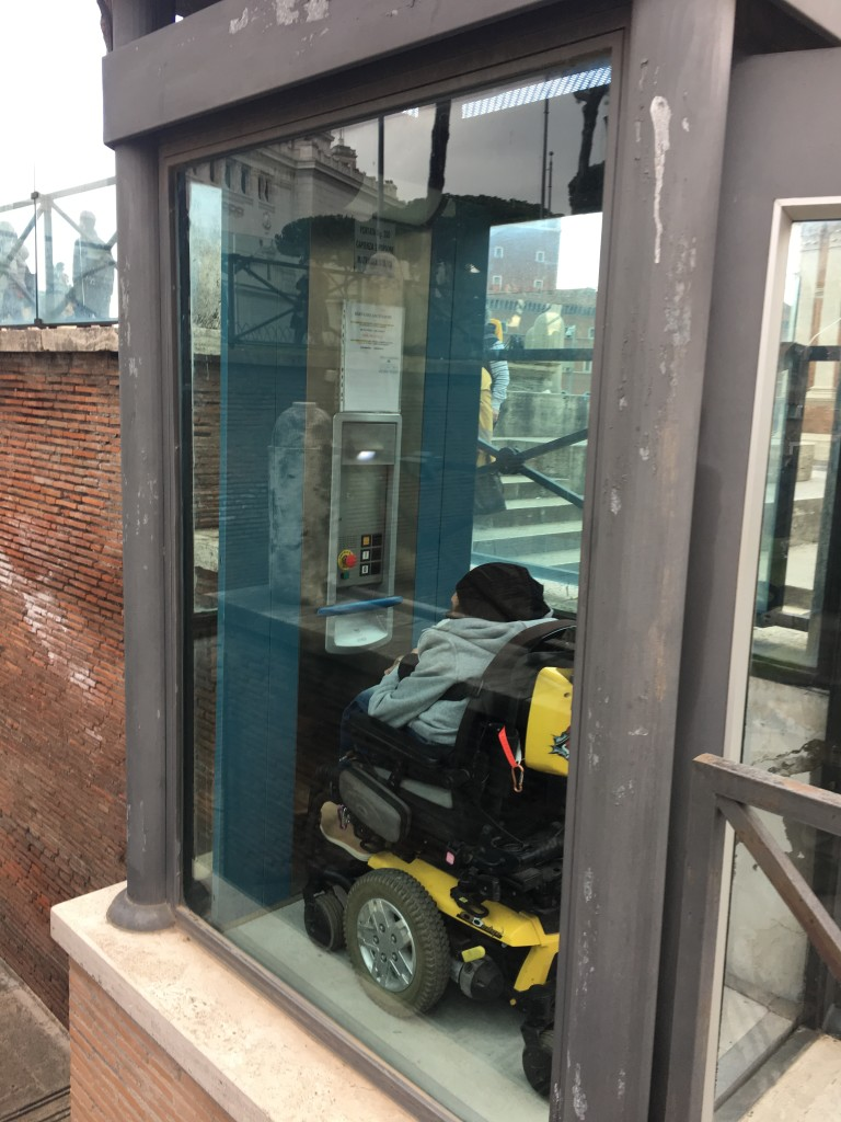 L'ascensore sito all'entrata del foto di Traiano