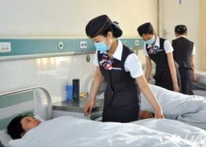 Un'infermiera vestita da hostess
