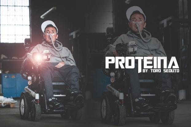 proteina-distrofia-muscolare-toro-seduto-musica-radio-finestraperta-note-a-margine-intervista-disabilita-singolo-brano