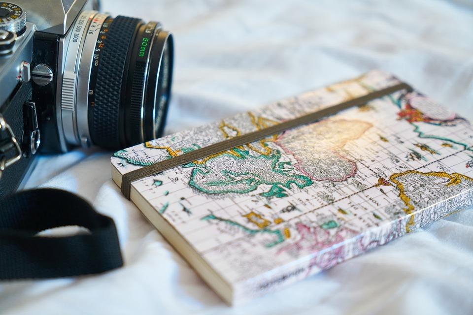 """Viaggiare è un'esperienza fondamentale, arricchisce non solo la mente ma anche l'animo di chi trova il coraggio di uscire dal comfort della propria casa, alla scoperta di nuovi orizzonti. Purtroppo, questo privilegio non è concesso a tutti. Organizzare un viaggio è abbastanza stressante, e perciò richiede tanta pazienza: c'è da prenotare l'hotel, poi pensare al volo, far combaciare le date di tutti i partecipanti e cosi via. Se però il viaggiatore è con disabilità, la strada si fa più tortuosa: dalle città agli hotel, dai musei alle zone ludiche, le informazioni da ricercare si moltiplicano, e sono tutte indirizzate verso la conoscenza dell'accessibilità di un dato luogo. Fortunatamente, nel corso degli ultimi mesi, molte aziende hanno sviluppato guide e applicazioni interessanti per facilitare le persone nella pianificazione di vacanze accessibili. Fatti guidare in giro per l'Italia Nel numero cartaceo di Finestra Aperta di Marzo 2016 vi abbiamo segnalato la guida accessibile di Lonely Planet, una casa editrice australiana. A più di un anno di distanza, anche gli italiani possono ritenersi soddisfatti di un progetto simile e altrettanto efficace, destinato a migliorare la qualità dei viaggi per le persone con disabilità. Si tratta della """"Guida dell'ospitalità accessibilità"""" di Project for All, un sito web grazie al quale è possibile scaricare guide gratuite in PDF contenenti le strutture e le destinazioni più accessibili del Bel paese. Per il momento, ci sono """"Guida Nord Italia"""" e """"Guida Centro-Sud Italia"""", che comprendono in totale 14 regioni, 34 destinazioni e 55 strutture ideali ad accogliere persone con disabilità di vario tipo (individui con problemi motori, sensoriali, cognitivi o di salute momentanea, o con difficoltà alimentari). I documenti sono stati progettati in modo molto semplice: le regioni sono elencate in ordine alfabetico; una struttura viene presentata in più pagine e ognuna di esse è composta da una classificazione di accessibilità - con un punt"""