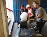 Antonella, aiutata da quattro passanti, cerca di uscire dalla stazione della metropolitana