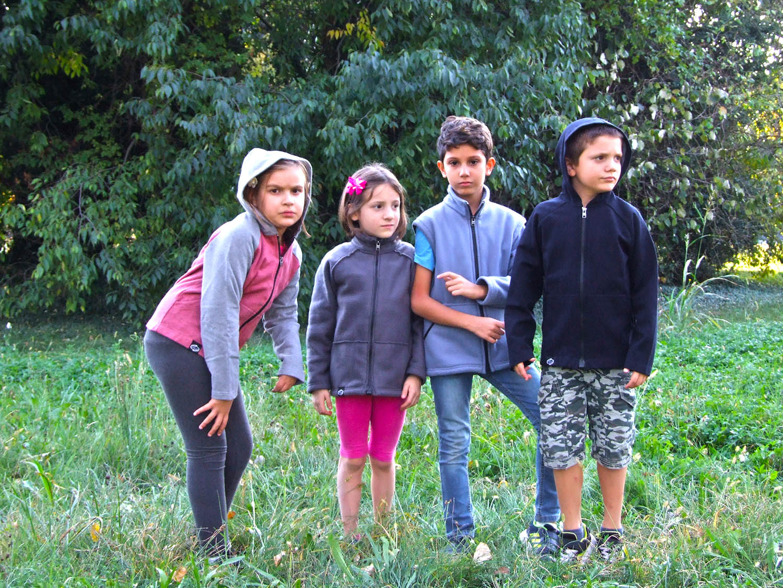 Giovanissimi modelli indossano i capi del progetto EasyEM