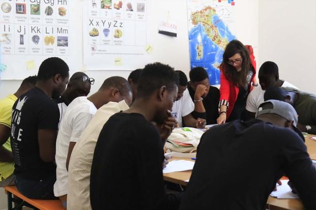 Una lezione di italiano in un Cas (fonte: Croce Rossa Milano)