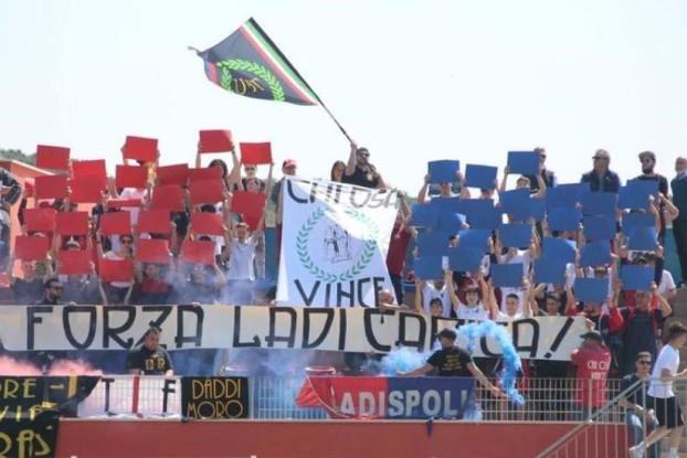 """Ultras del Ladispoli con lo striscione: """"Chi osa, Vince!"""" famoso motto del ventennio fascista"""