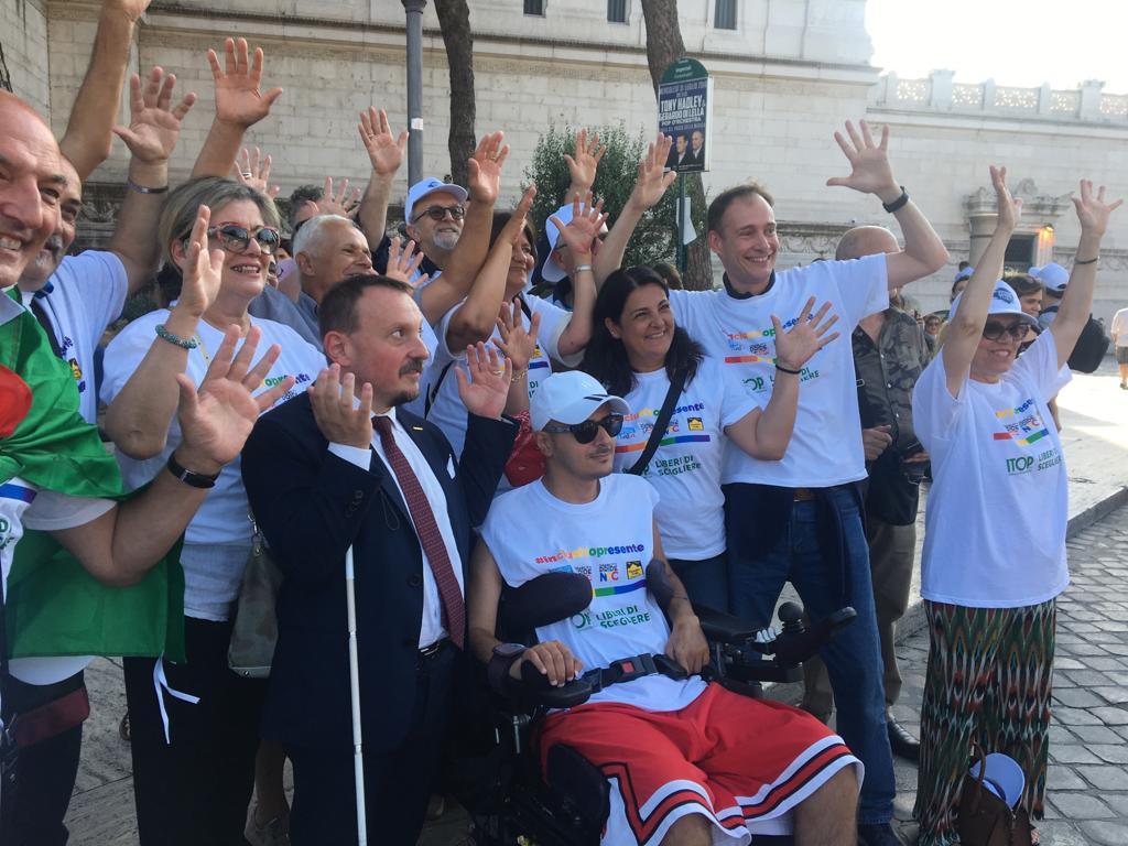 Alcuni manifestanti non udenti con l'organizzatore del Disability Pride, Carmelo Comisi