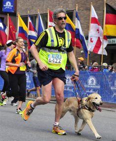 Randy Pierce e il suo cane guida durante la maratona di Boston