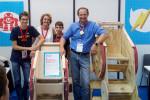 Andrea Belli (al centro) presenta il suo prototipo durante la Maker Faire