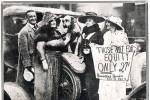 """""""Sono una socialista perché solo sotto il socialismo chiunque può ottenere il diritto di lavorare e di essere felice."""" - Helen Keller, con cappello nero, a sostegno dello sciopero degli attori, 1919."""