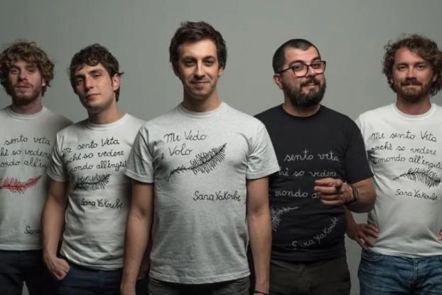 Lo Stato Sociale posa con le magliette di Sartorie Leggere