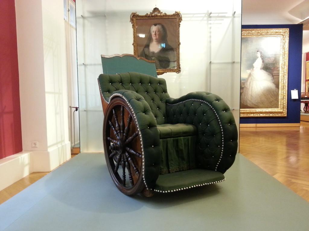 Sedia a ruote della madre di Maria Teresa, Elisabetta Cristina, datata 1740, al museo del mobile (fonte: Fanti/Corriere della Sera)