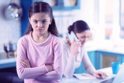 bambina-arrabbiata-mamma-telefono-id37016