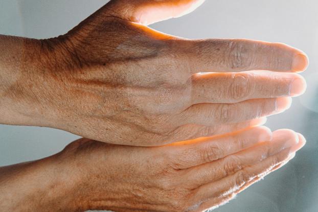 hands-5366493_1920