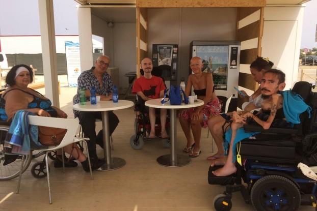I nostri redattori nell'area ristoro della spiaggia Liberamente