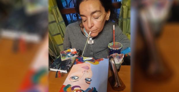 Laura Boerci intenta a decorare