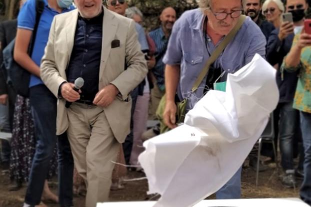 Momento in cui viene svelata e posata la prima pietra, realizzata dal Maestro Ceramista Oriano Zampieri (foto: Lucia Romani)